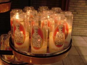 Kaarsen branden in de kerk in Ommel (c) margot van den boer
