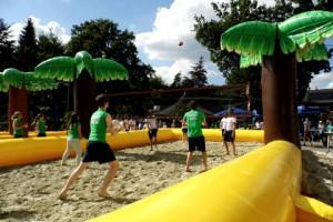 Heerlijk beach volley bal weer (c) margot van den boer