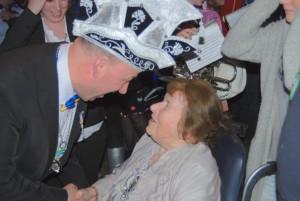 Rob van Noort wordt gefeliciteerd dor zijn moeder (c) margot van den boer