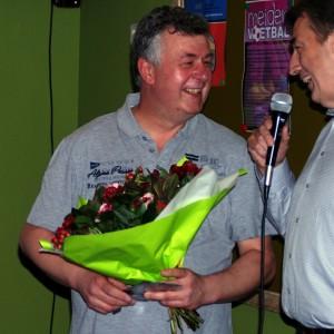 Fred Weiss wordt door voorzitter Paul Krieckaert in het zonnetje gezet (c) margot van den boer