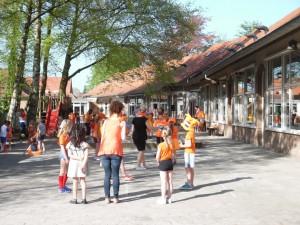 Dirk Heziusschool speelt op het schoolplein (c) margot van den boer
