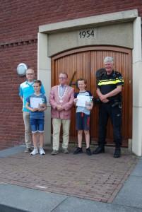 V.l.n.r. Piet Thurlings (VVN), Louie Verschure, Jan de Bruijn (loco burgemeester), Rens Zwegers, Harrie Schilder (wijkagent) (c) margot van den boer