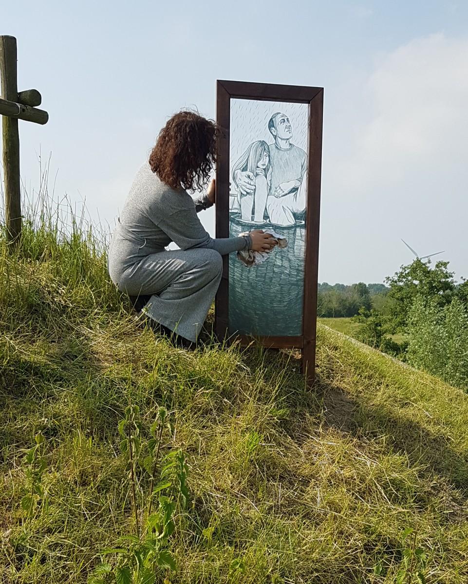 Vivian Heyms bij plaatsing van kunstwerk