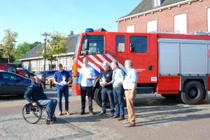 Burgemeester Verhoeven zegt de mannen gedag en ook raadslid Scheepers was present bij het afscheid van de brandweerauto (c) margot van den boer