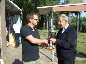 Renno Guitjens ontvang de Jan van Stratum wisselbeker uit handen van Jan van Lierop sr.