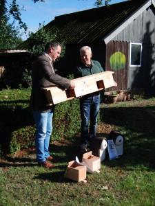 Hans v.d. Eijnde neemt een mus nestkast in ontvangst van wethouder Frank de Win (c) margot van den boer