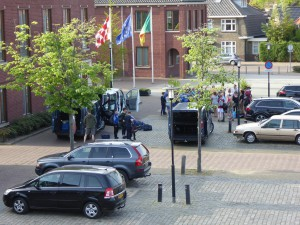 Spelers en begeleiders van RKSV Heeze komen weer aan vanuit Engeland, op het gemeentehuisplein (c) margot van den boer
